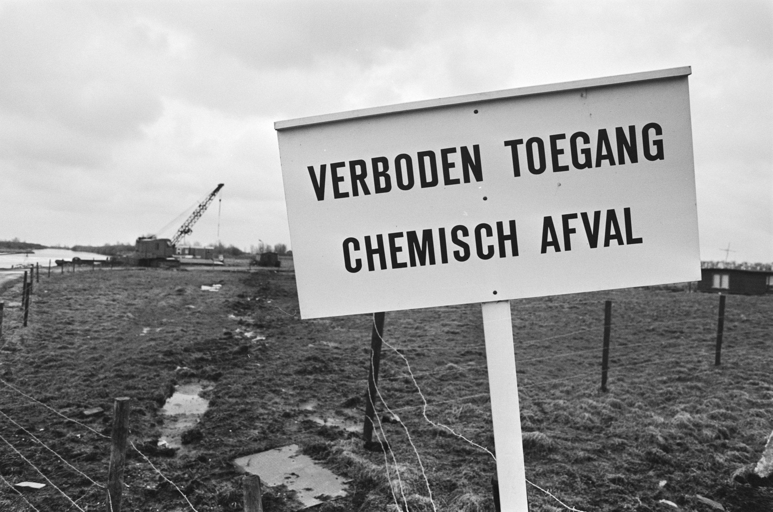 Bord verboden toegang bij de Volgermeerpolder vanwege vergiftigde grond