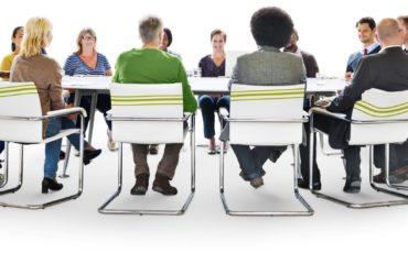 Mensen rondom een tafel in gesprek