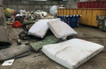 Matrassen bij een afvalverwerker